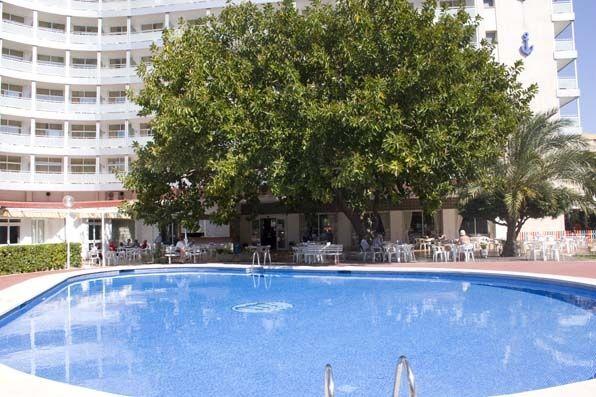 Piscina de adultos en el Hotel Tres Anclas de la Playa de Gandia.