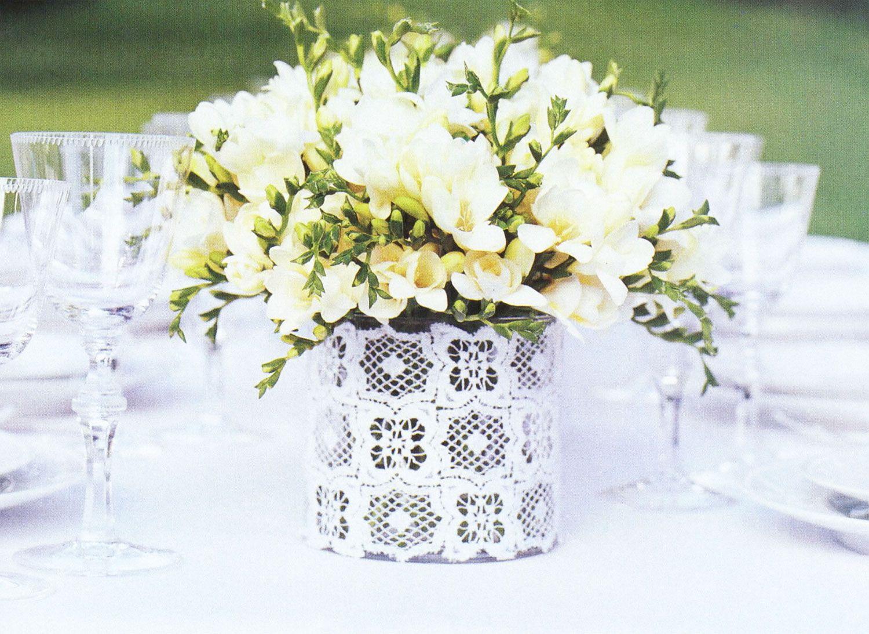 centro de mesa boda con flores blancas