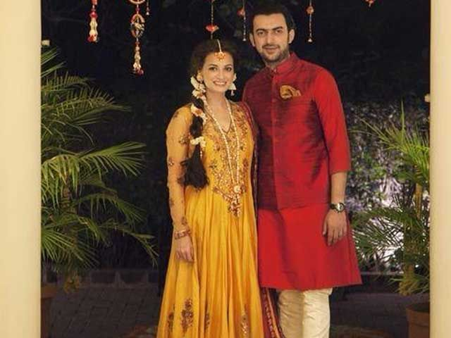 Mehndi Ceremony Dress For Bride : Picture perfect: dia sahil at bride to bes mehendi ceremony http