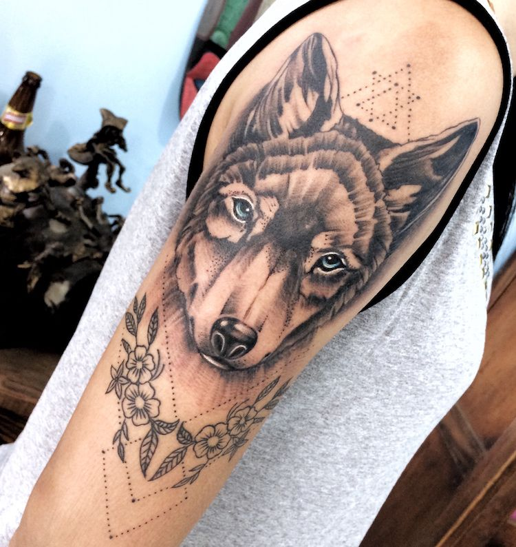 tatouage,loup,femme,manchette,tête,loup,fleurs,signes,pointillés