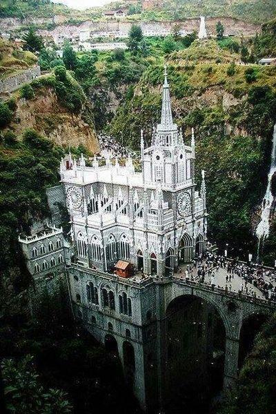 南米一美しいと言われている谷の崖をまたぐ橋教会 ラス ラハス教会