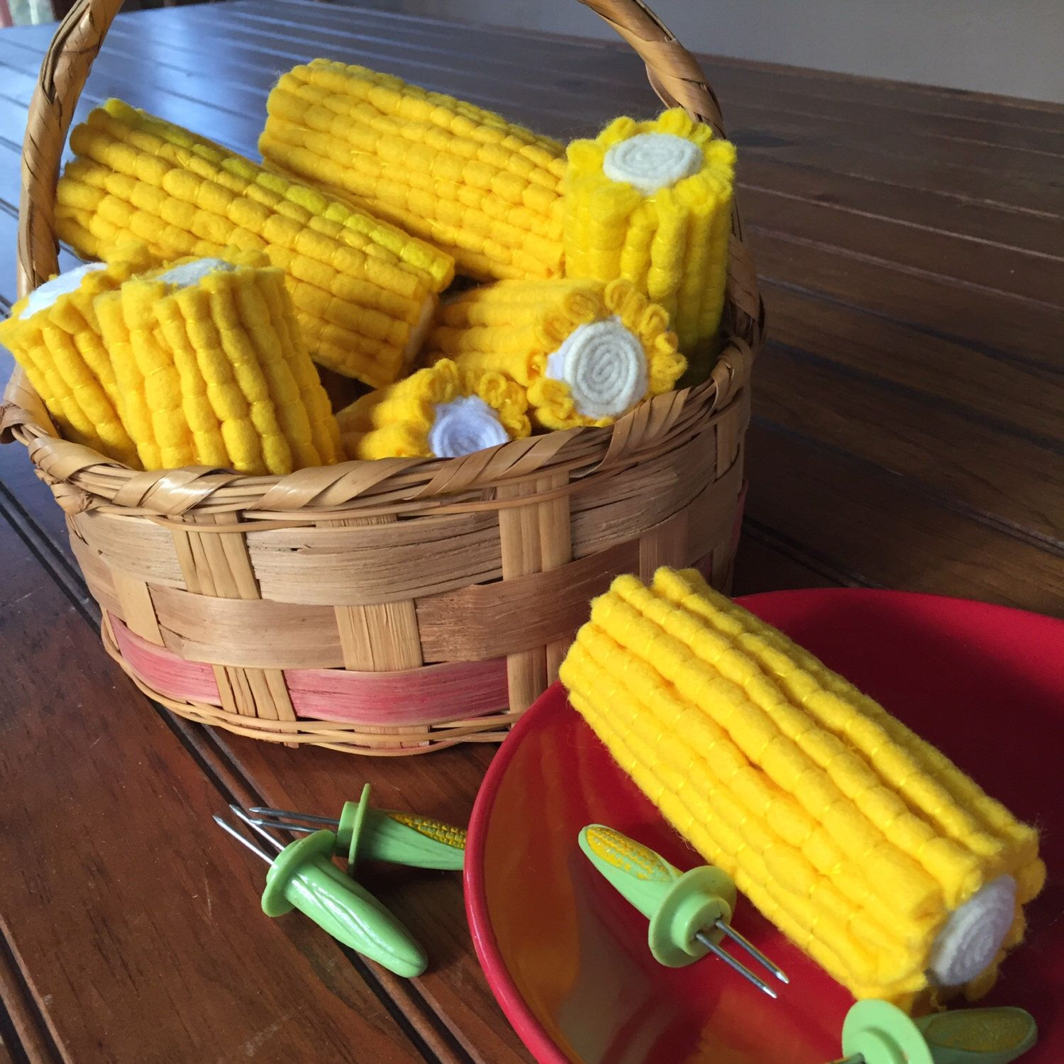 Felt corn on the cob ready for play kitchens. Felt Food by MarmiesMarket on Etsy https://www.etsy.com/listing/196502157/felt-corn-on-the-cob-ready-for-play
