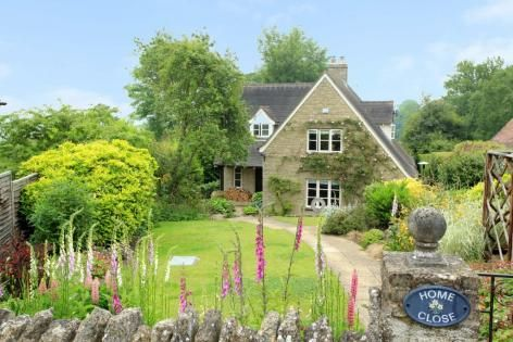 Beautifully presented CONTEMPORARY COTTAGE in sought after ...