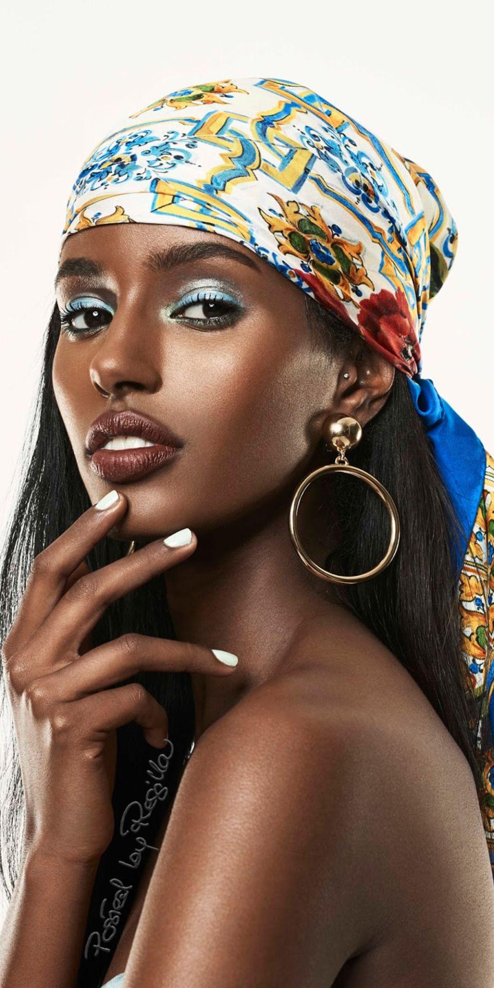 How to wear blue eyeshadow ? #Senaitgidey #blackwomen #blackmodel #maquillagepeauxnoiresetmetissees #headwrap #scarf #berrylips