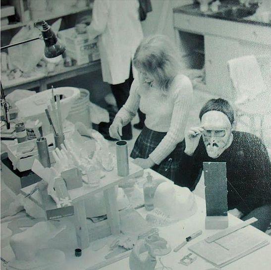 ...la celebre scultrice Moore all'opera per la creazione del 'bambino delle stelle',sul set del capolavoro di Kubrick '2001 -ODISSEA NELLO SPAZIO' ;