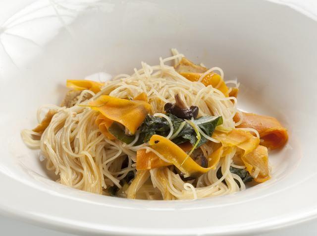 Sou vegetarians o senzillament us agraden les verdures? Aquests fideus d'arròs amb verdures i tofu són fàcils de fer i molt saborosos.