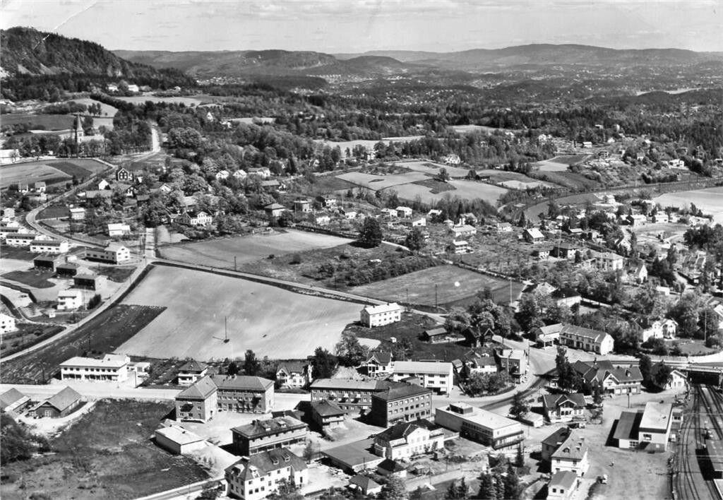 Akershus fylke Asker kommune flyfoto over sentrum med jernbanestasjonen til høyre. 1950-tallet
