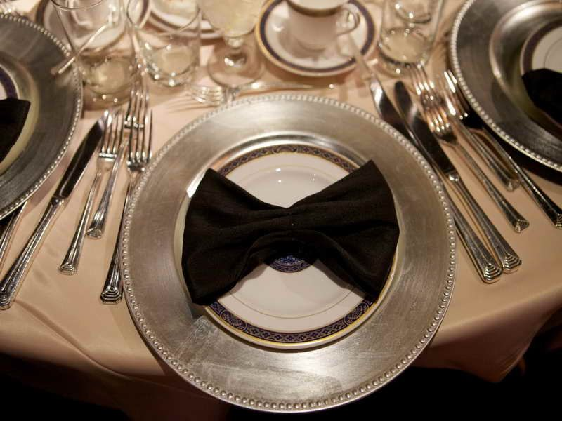 Image from http://www.vissbiz.com/wp-content/uploads/2013/09/Sweet-Chargers-Table-Setting.jpg.