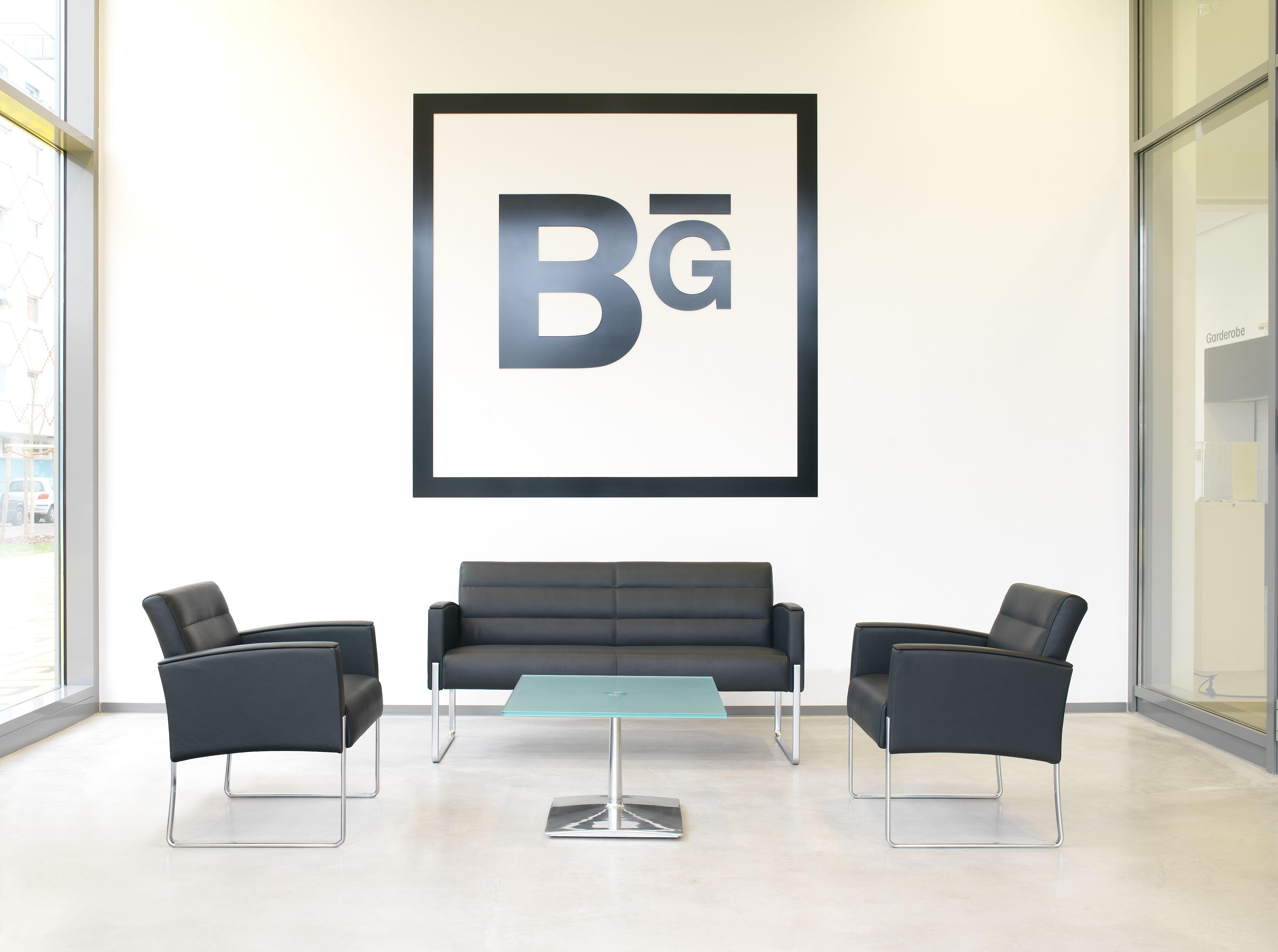 Elegante Sitzgruppe mit den Sesseln 5073/3 und der Bank 5078/5 vom ...