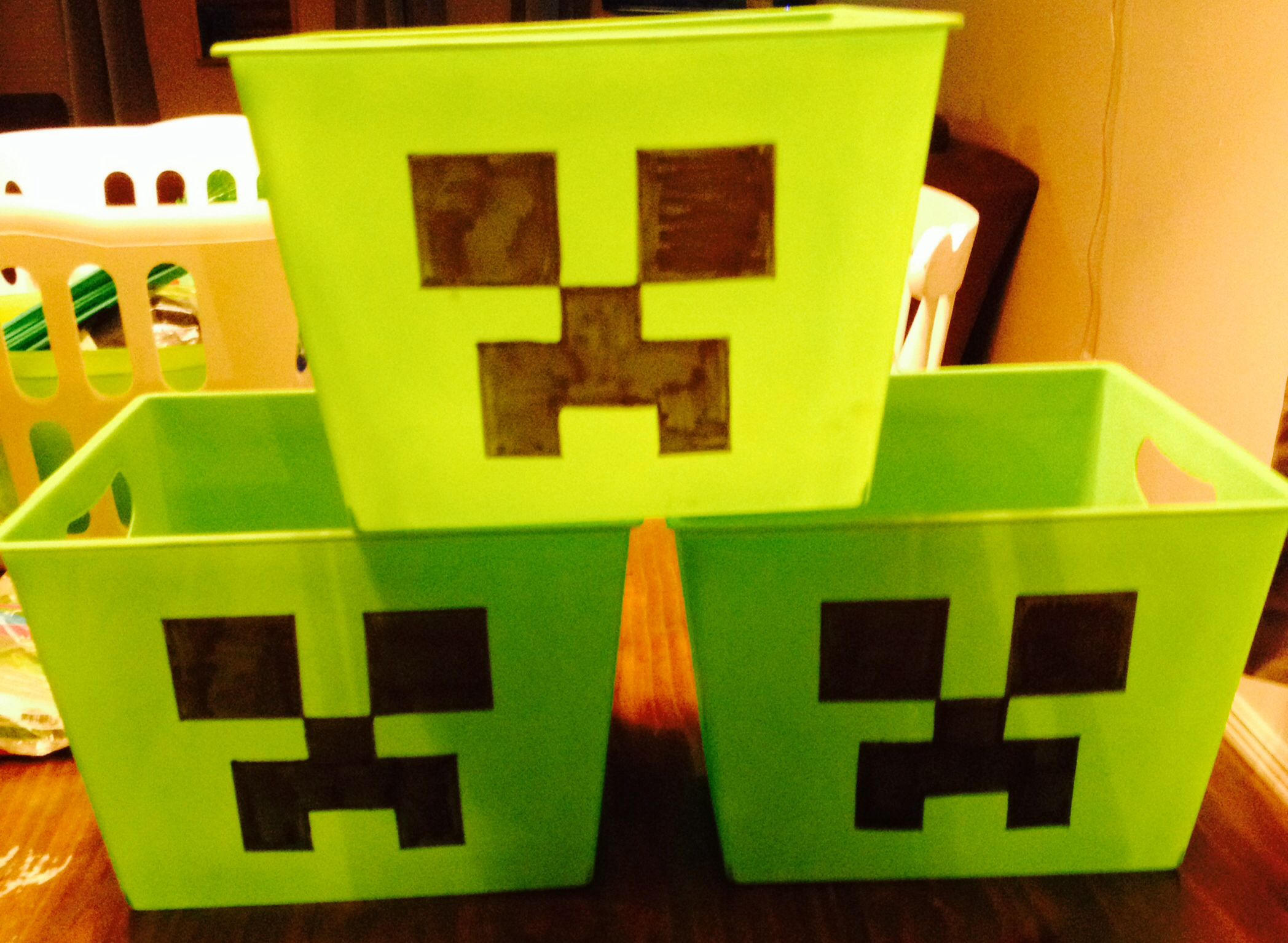 Dollar store bins with a creeper face for chips and snacks for Minecraft kinderzimmer