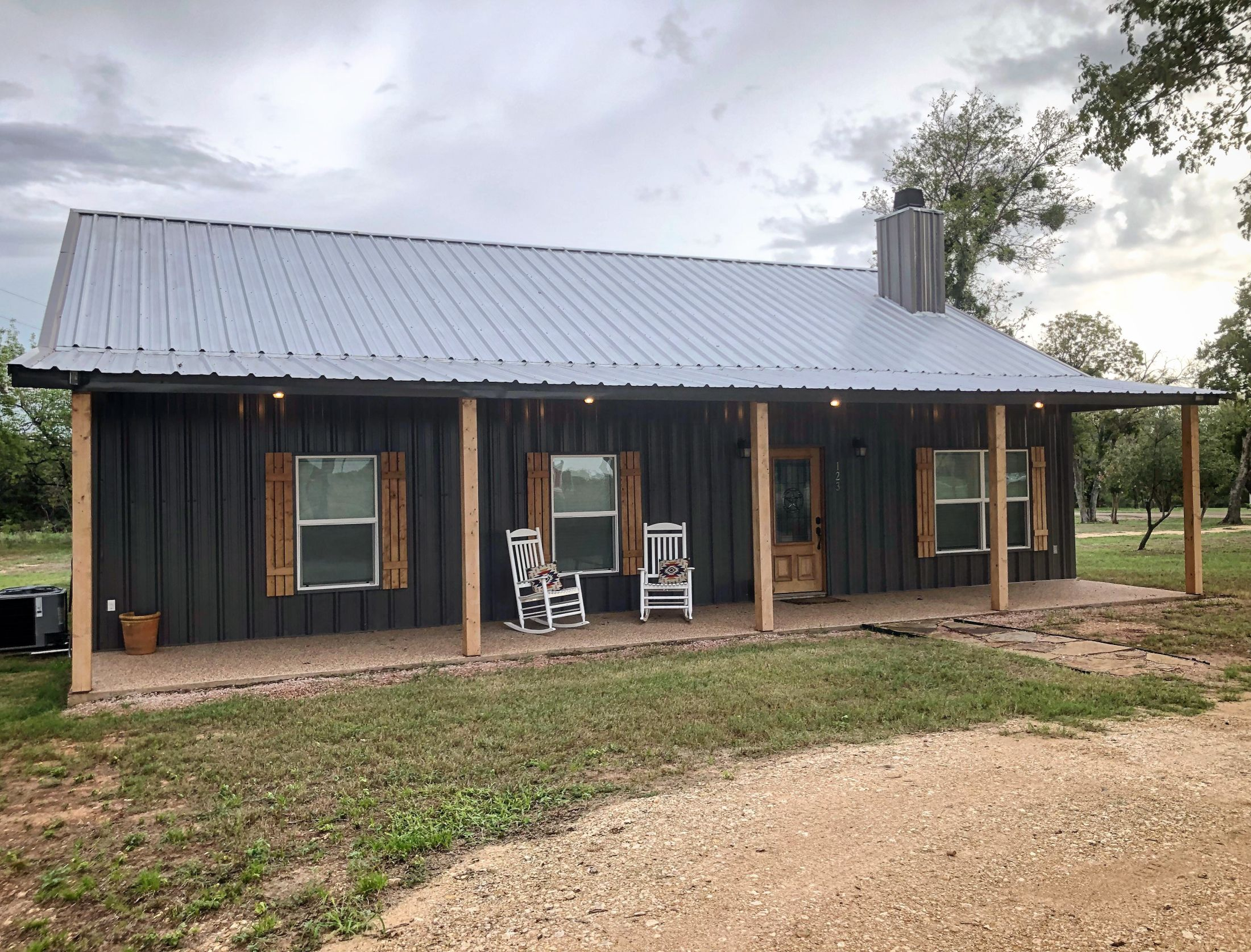Hunt Farmhouse – My husband and I built a bardominium without any building experience. We want to share everything we learned while building a barndominium. #barndominiumideas