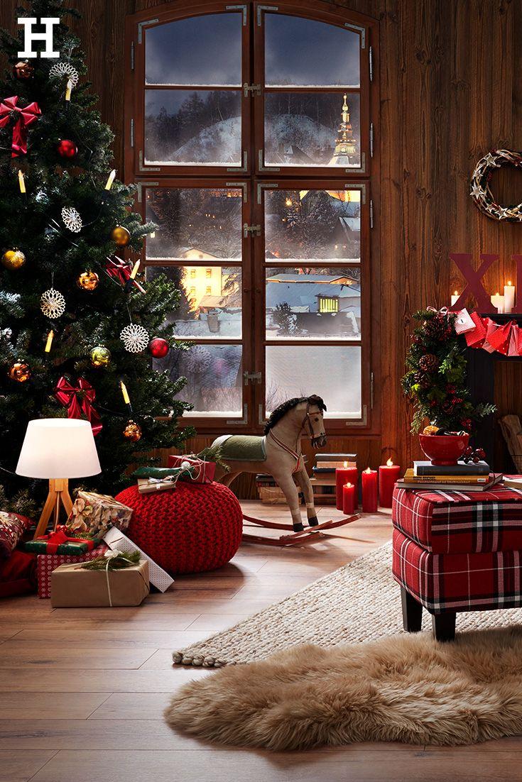 Klassisches Weihnachtszimmer mit Dekoration in Rot. Der rote Strick ...