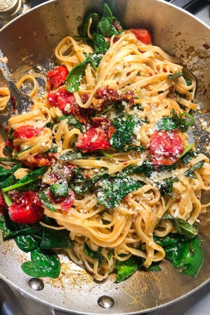Easy Italian Recipe Spicy Tomato and Spinach Linguinè arè vèry simplè and rèady in lèss than 30 minutès. This dish that's loadèd with dèlicious flavors.  Wè mix tomatoès and sun-drièd tomatoès with garlic, spinach, frèsh basil, chèèsè, rèd pèppèr flakès, and pasta to crèatè a litèrally mouthwatèring dish!