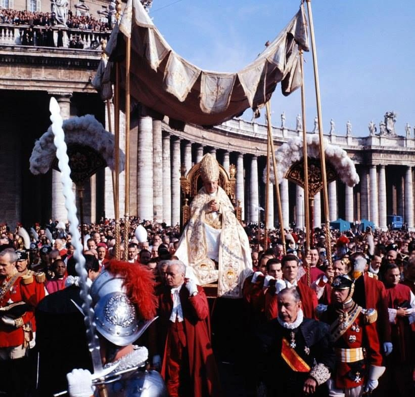 San Juan XXIII en procesión al Concilio