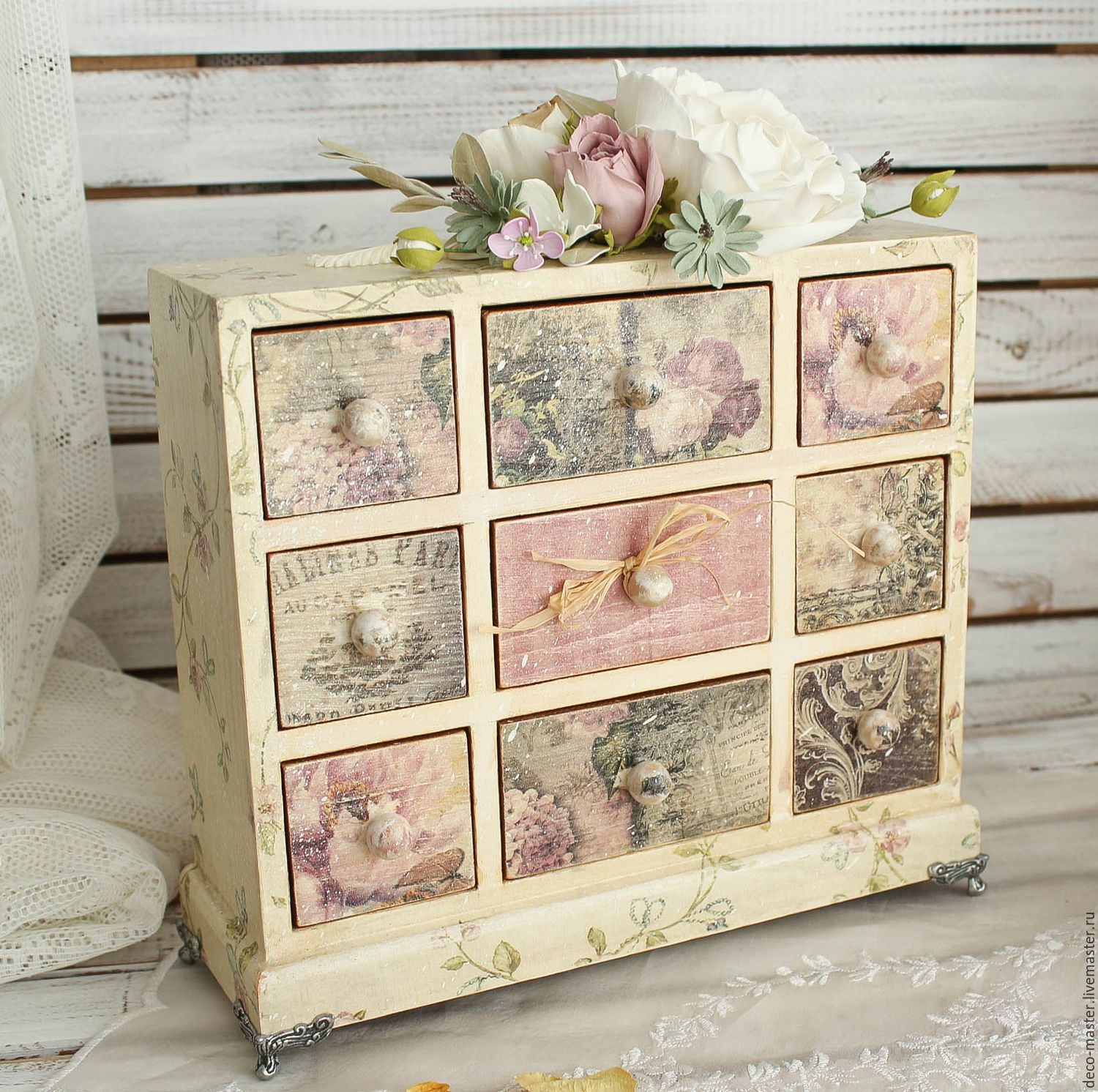 Small cabinet with decoupage drawers painted furniture for Decoupage con servilletas en muebles