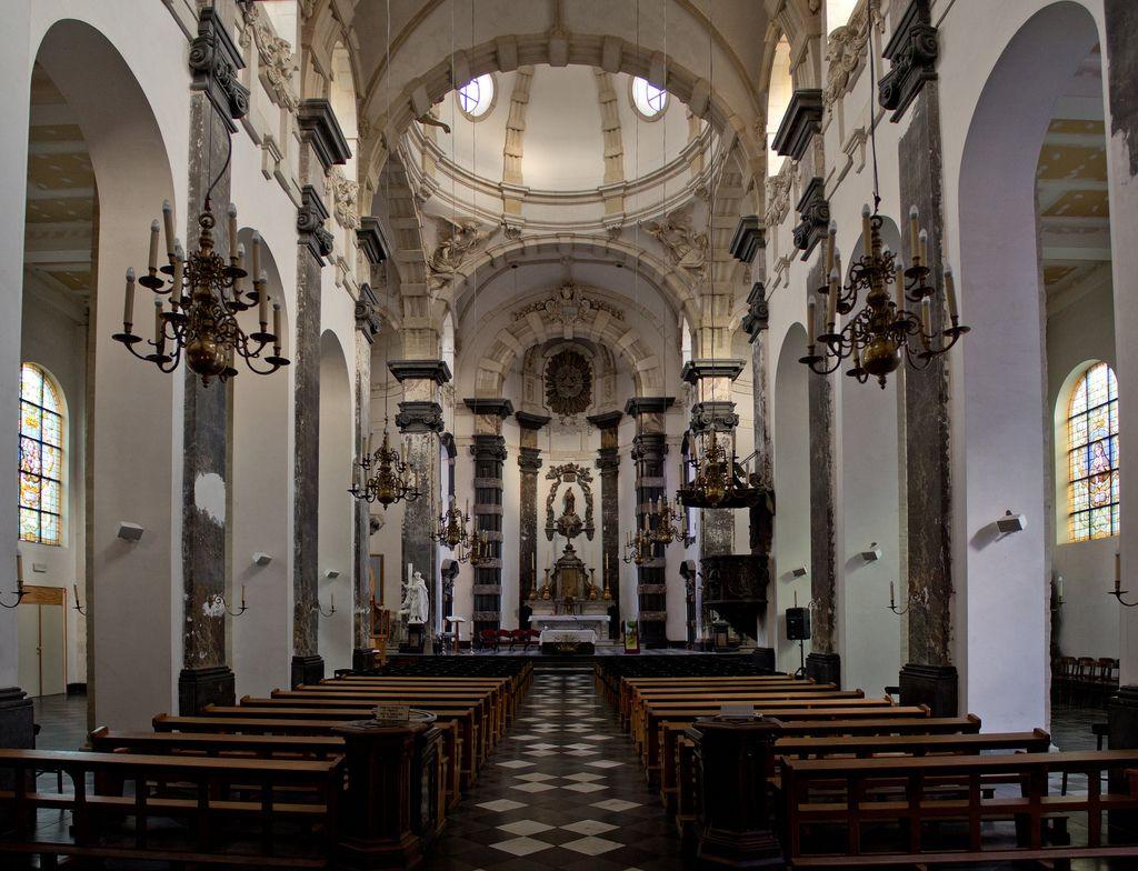 Als je de lijnen van bovenin de kerk doortrekt, komen de lijnen op een punt samen en dat is op de hoogte van waar de foto is genomen.