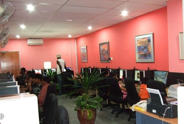 Internet cafe interior design http room decorating for Internet cafe interior designs