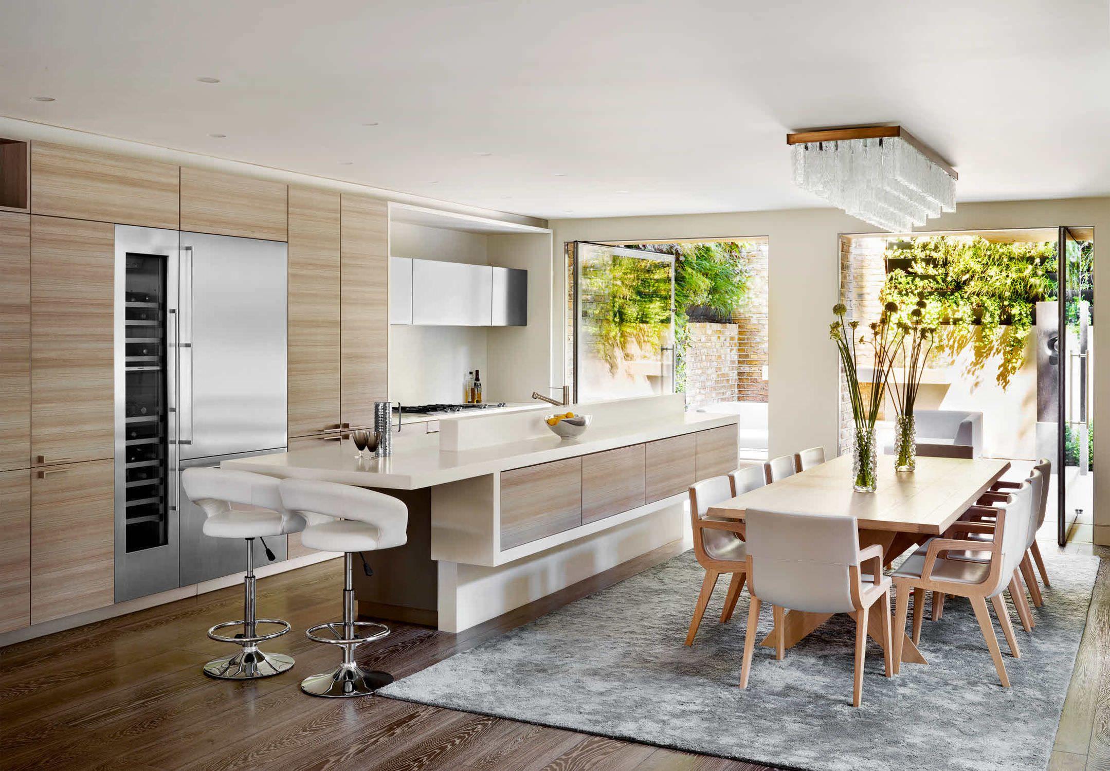 Ravissante cuisine moderne avec îlot, ouverte sur la salle à ...