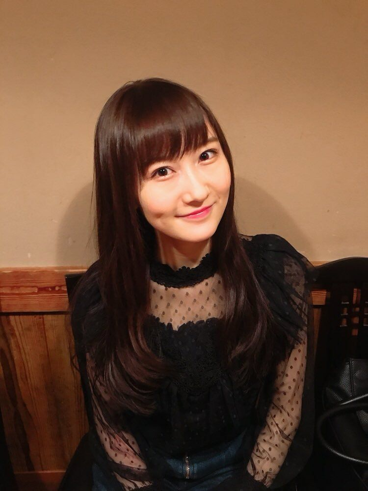 黒いドレスを着た矢倉楓子
