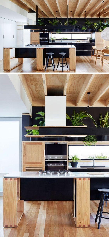 moderne k che aus holz mit schwarzen fronten und regal mit zimmerpflanzen ideen f r die k che. Black Bedroom Furniture Sets. Home Design Ideas