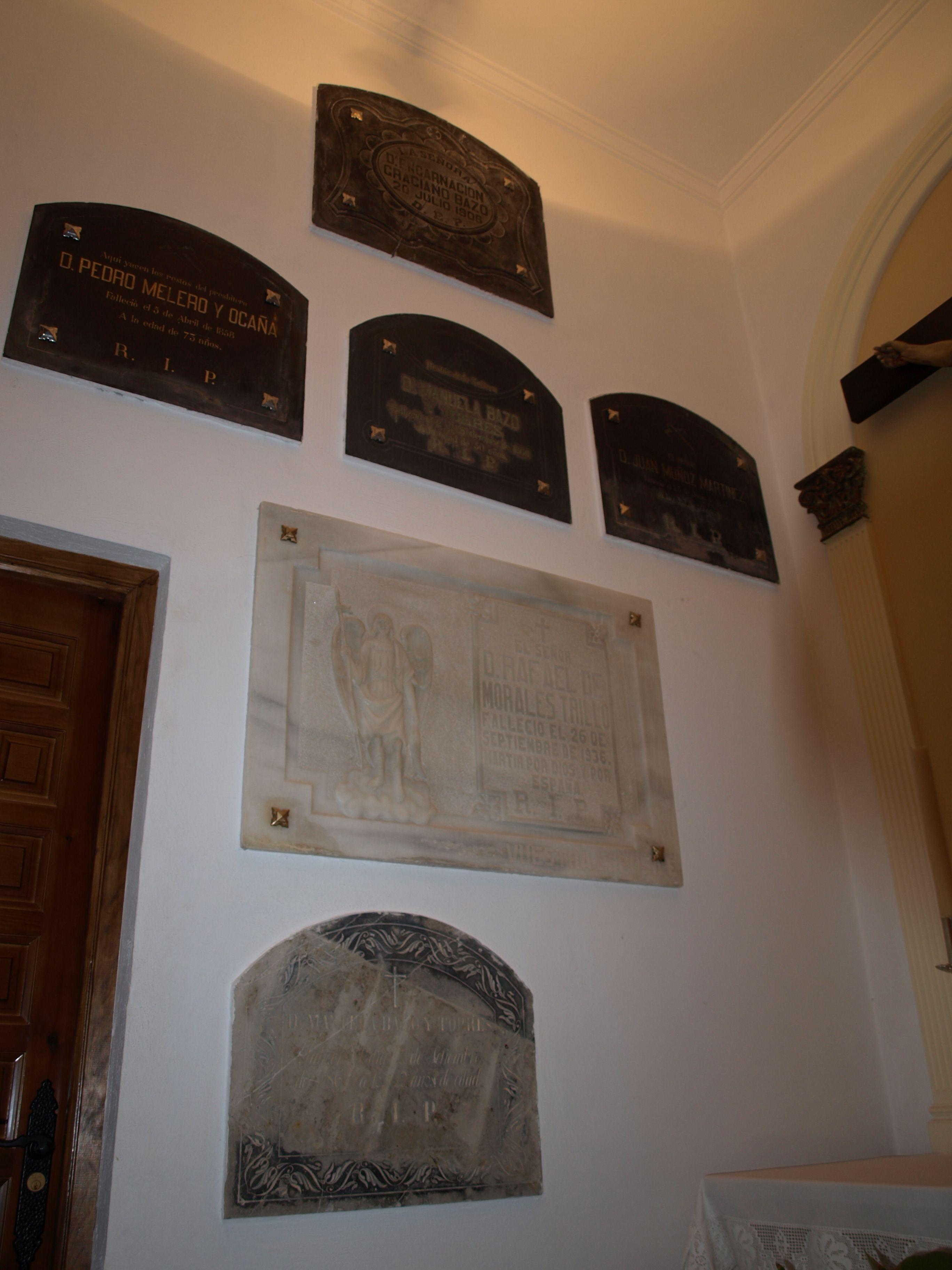 lápidas en las paredes de la ermita de San Miguel en Martos