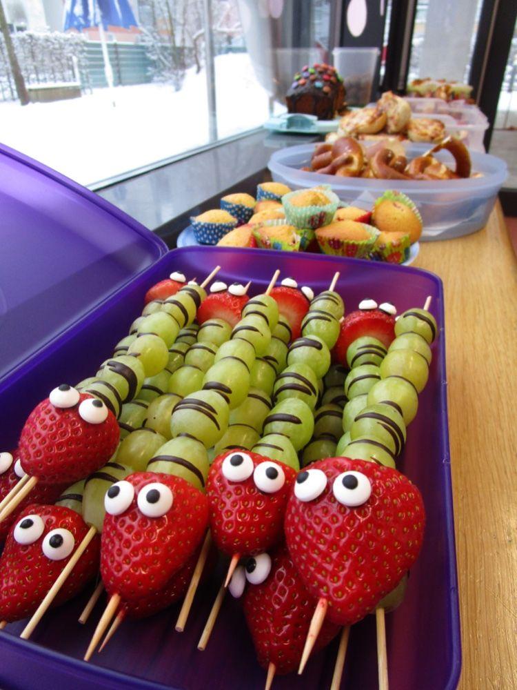 Lustige Obstspiesse als Raupe aus Erdbeeren und Weintrauben für KiTa oder Kindergeburtstag