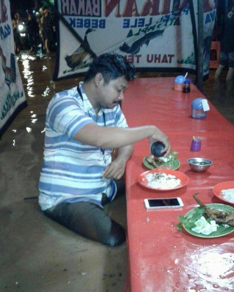 Sosoknya Viral, Ini Pria yang Lahap Makan di Pecel Lele