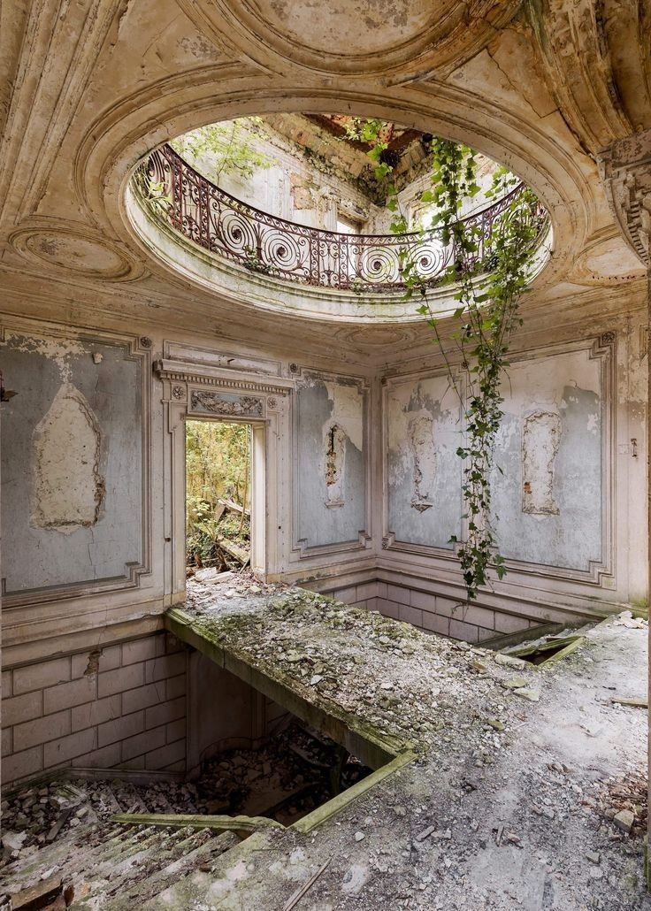 An Enchanting Tudor-style Dining Room, In Bed With -Travel Blog, Stunning tulip bouquets & More ~ Daily Inspiration #abandonedplaces #italy #travel #explore #destination #photography #beautiful #travelblog