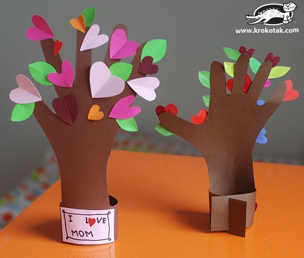 Sydänpuu askarrellaan käytteän lapsen omaa kättä mallina puunrungossa, johon paperiset sydämet liimataan kiinni. Ihana idea vaikkapa Äitienpäivä lahjaksi. || Flowering tree from a kid's hand #askartelu #paperiaskartelu #craft #papercraft #koristeideat #diy #lastenkanssa #withkids #mothersday