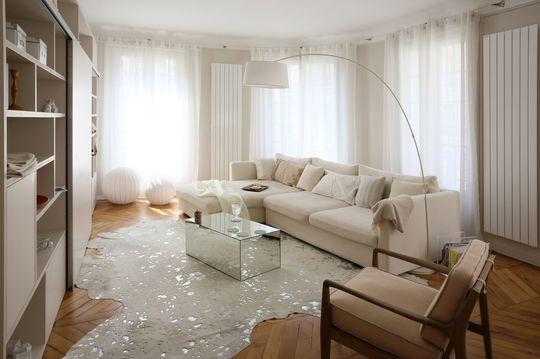 Douceur et féminité pour le salon de cet appartement parisien. Plus de photos sur Côté Maison http://petitlien.fr/7alw