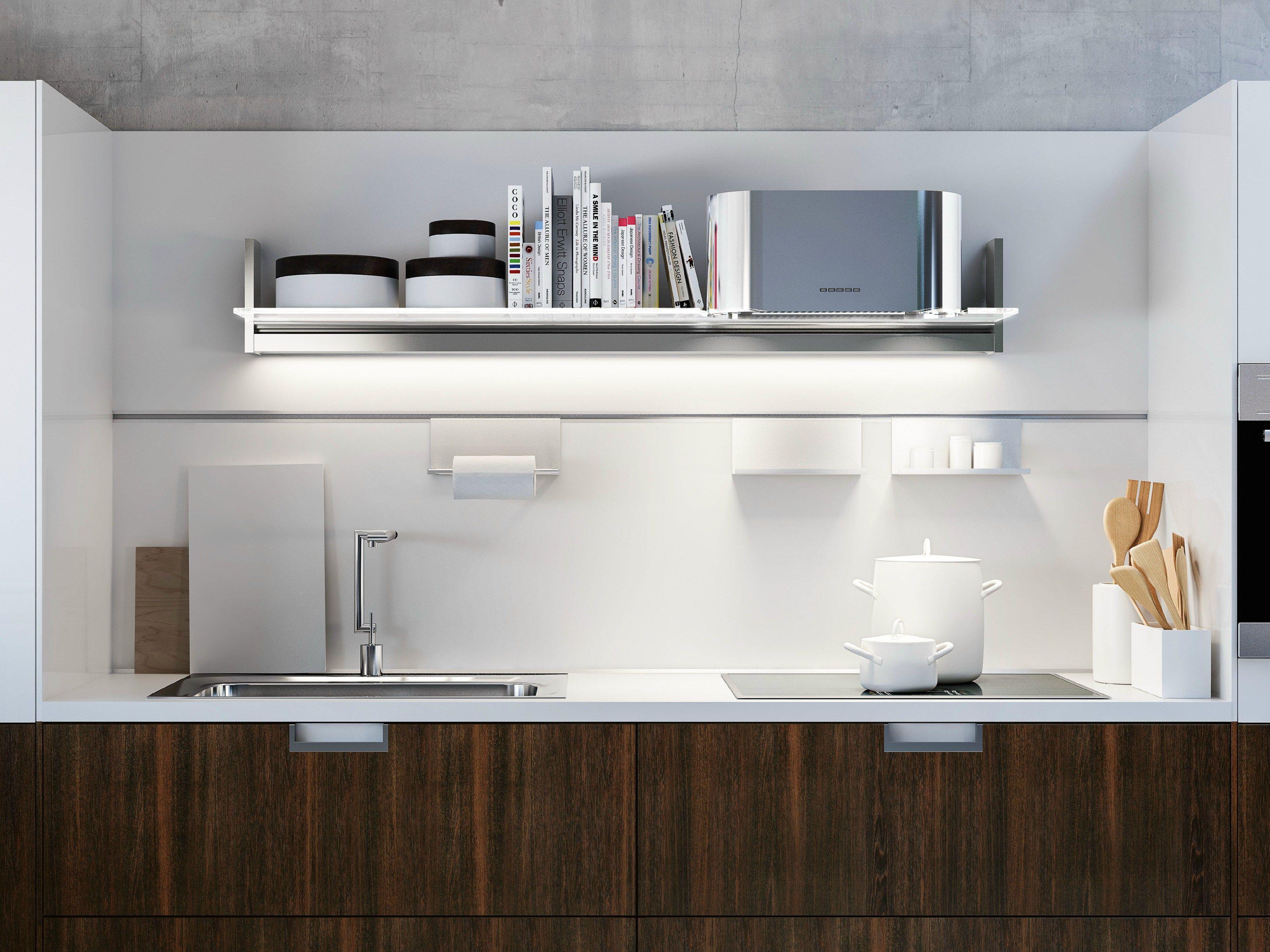 una mensola della cucina con installata una barra led che ...