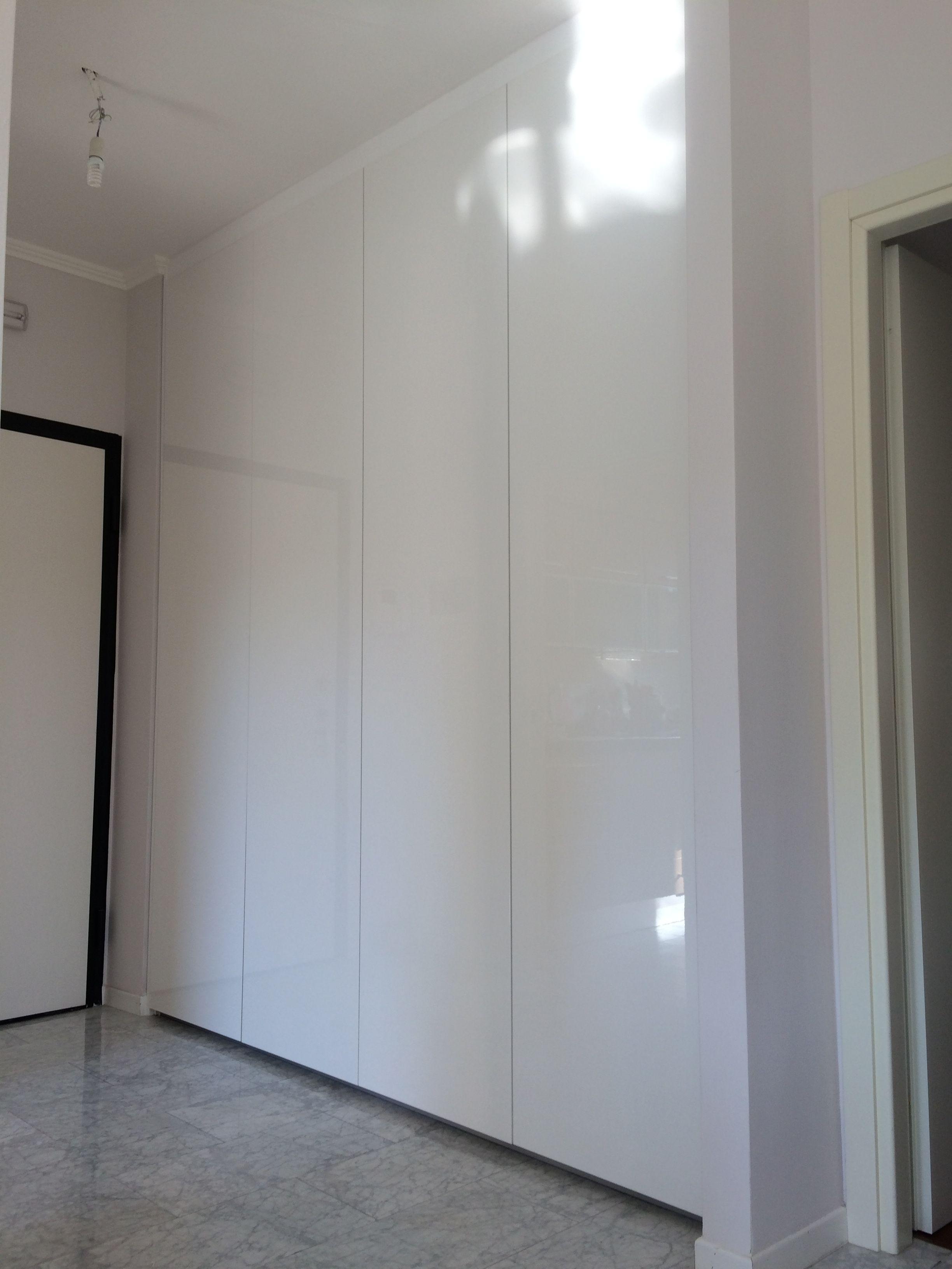Armadio A Muro Laccato Bianco.Un Armadio A Muro Laccato Lucido In Un Appartamento Di Roma Arredamento Mobili Ingresso Casa Armadio Ingresso E Armadio A Muro