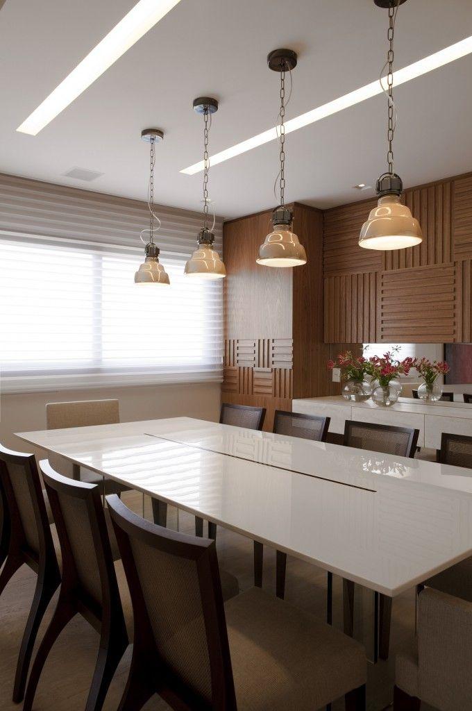 5. A sala de jantar com luz natural filtrada por persianas (Silhouette Hunter Douglas, da DMS)