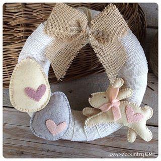 """Photo of • ? Sartoria di piccoli regali • su Instagram: """"Ghirlanda coperta di iuta, piccole uova, un fiocco e un simpatico coniglietto che simboleggia la primavera, sono i dettagli di un …"""""""