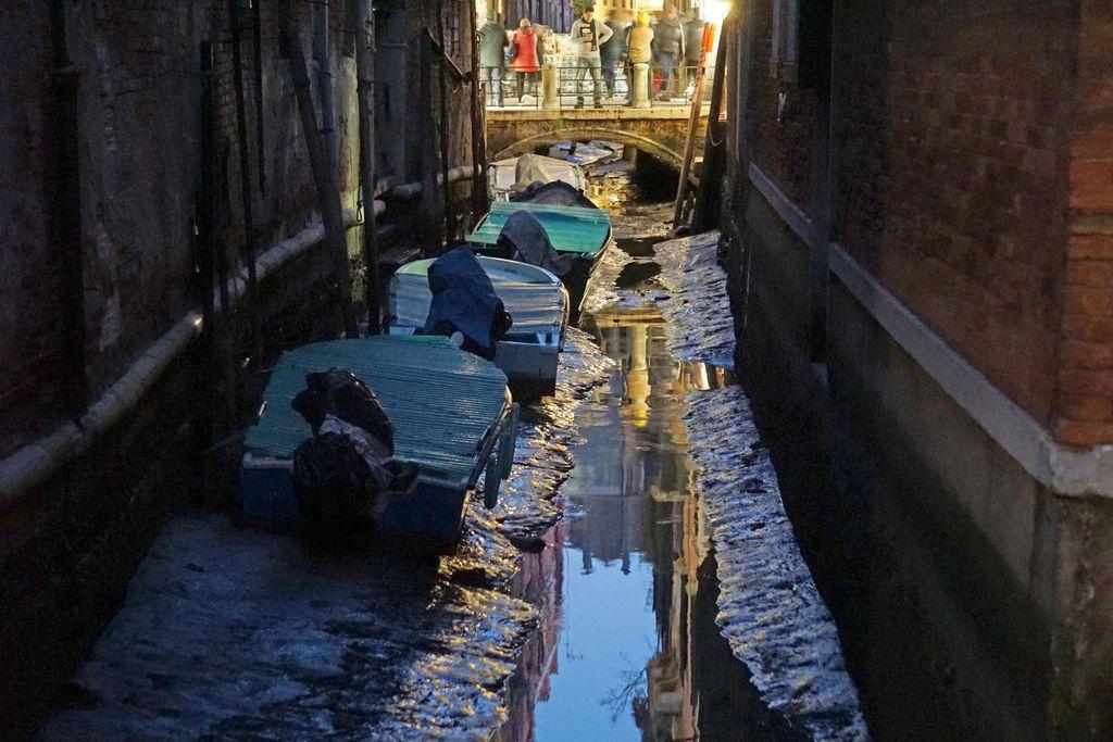 Veden lasku kuivatti kanaalit.