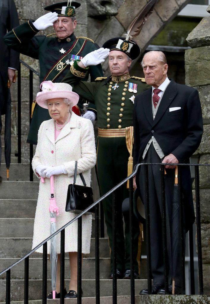 Queen Elizabeth II Photos Photos - Queen Elizabeth II Hosts Garden Party At The Palace Of Holyroodhouse - Zimbio