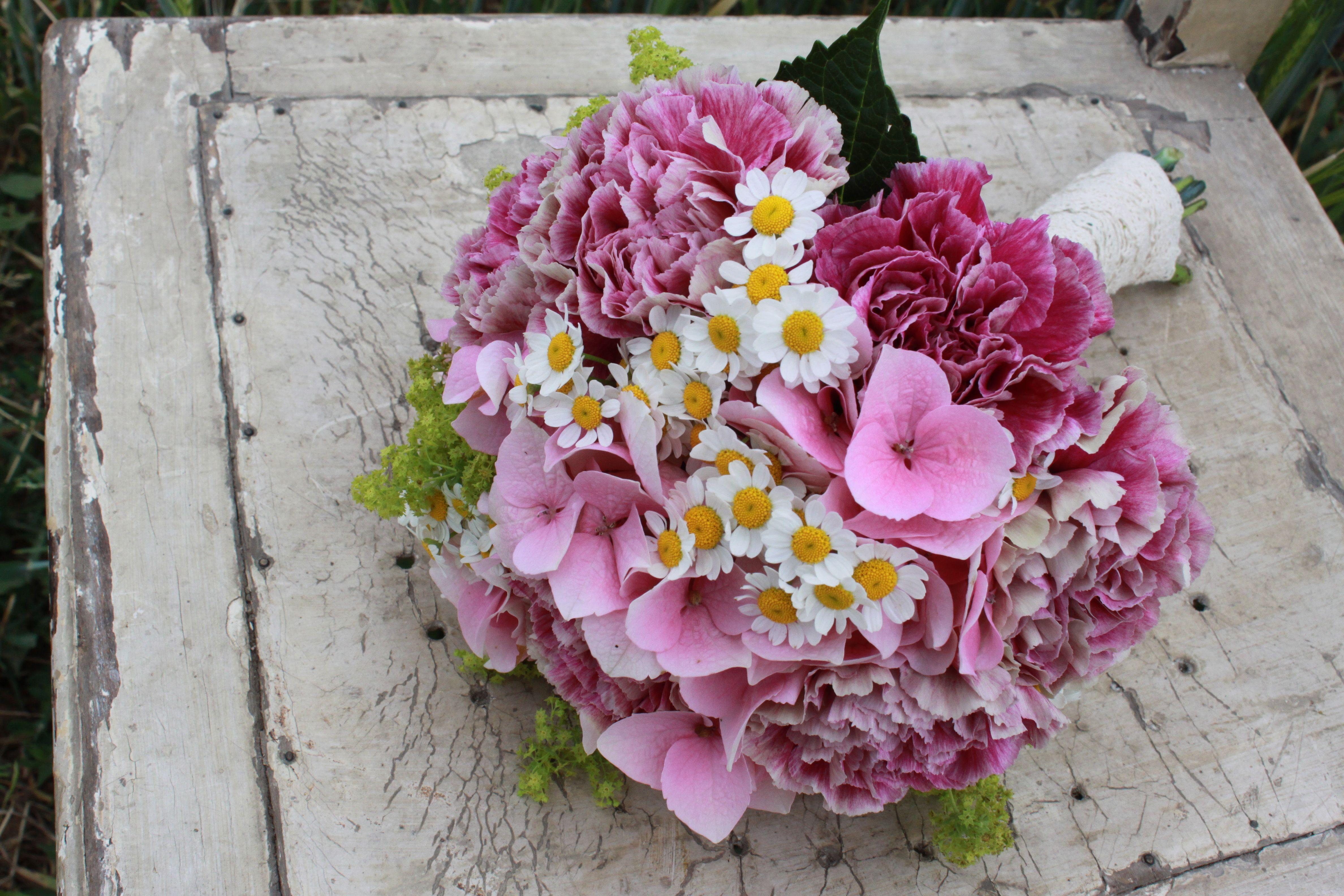 Brautstrauß romantisch Nelken Kamille Hortensie ...