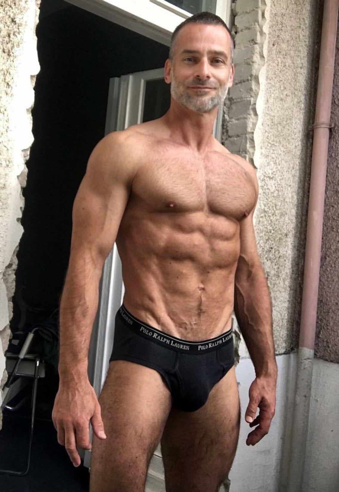 Hombres de músculo caliente casi desnudo