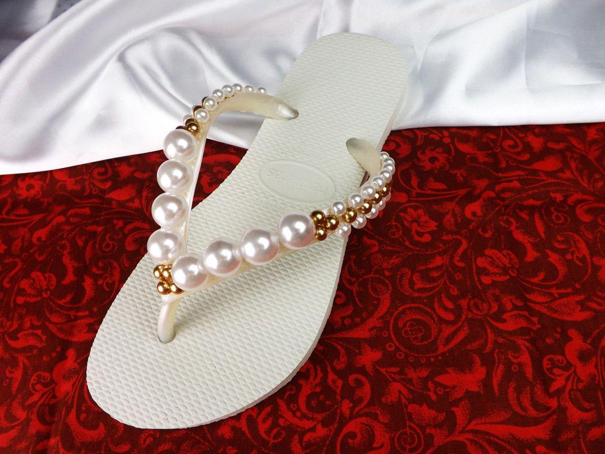 a2c2fd3e49 Chinelo Havaianas personalizado com um lindo bordado de pérolas brancas e  douradas. Uma opção para relaxar os seus pés e deixar você curtir a sua  festa com ...