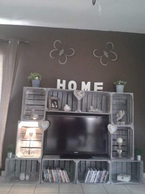 meuble t l fabriqu avec des caisse de pomme bois et. Black Bedroom Furniture Sets. Home Design Ideas