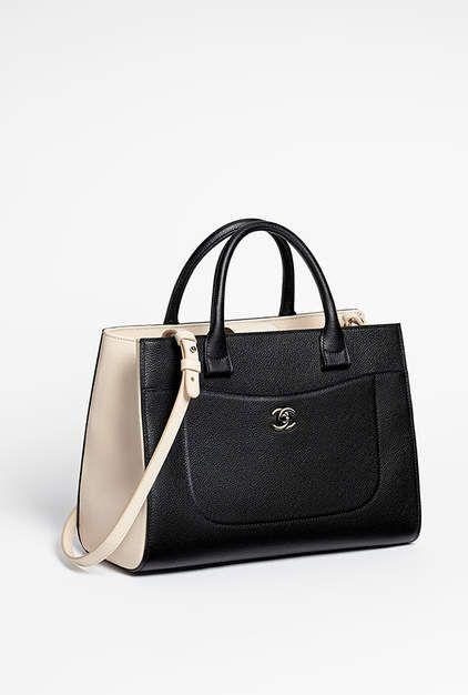ac7bf3adc8 Grand sac shopping, veau grainé & métal doré-noir & beige - CHANEL ...