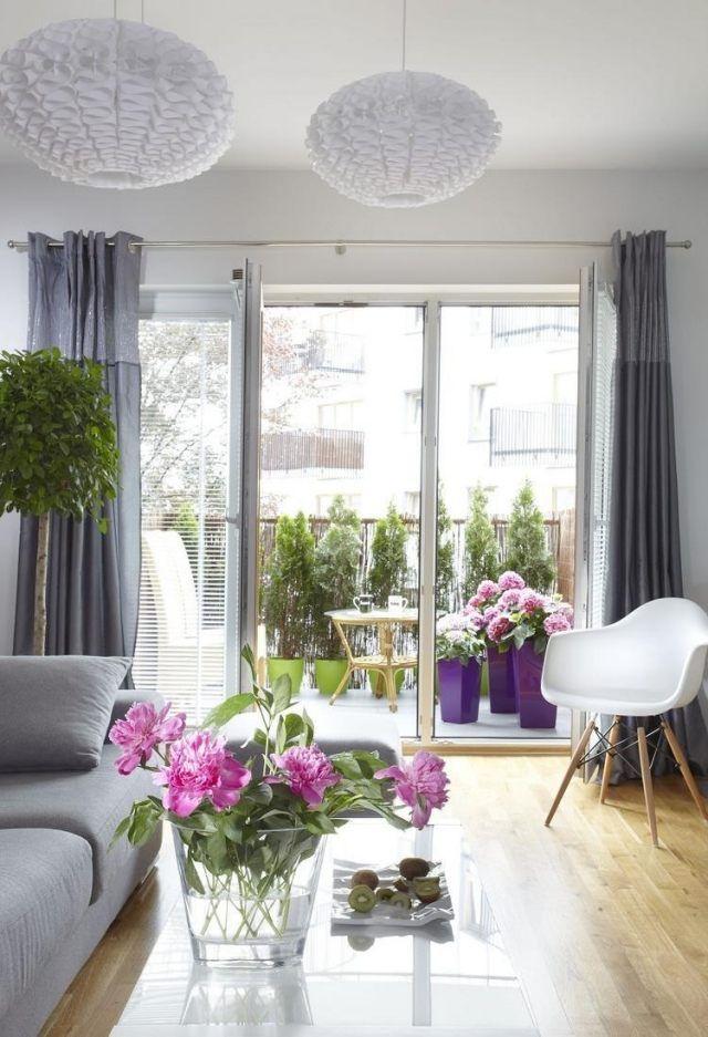 schöner balkon hortensien bunte pflanzkübel sichtschutz thuja ...