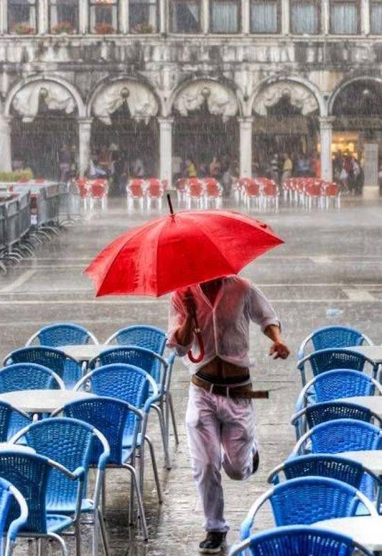 Epingle Par Adela Fernandez Tresguerres Ve Sur Venedik Parapluie Rouge Sous La Pluie J Aime La Pluie