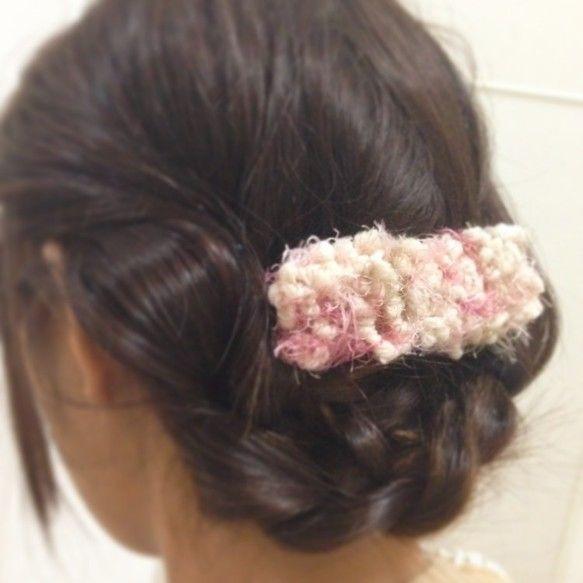 ふんわり柔らかなポンポンと色鮮やかなモシャモシャをミックスした特殊な毛糸で編んだバレッタ。柔らかい手触りの毛糸をファッションにonするだけで冬支度は完了&he...|ハンドメイド、手作り、手仕事品の通販・販売・購入ならCreema。