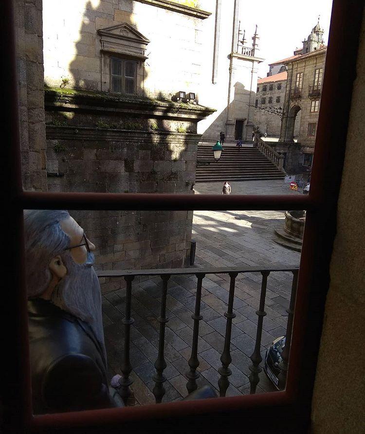 En la casa del Cabildo con Valle Inclán #javfedez #todo_compostela #galicia #galiciavisual #total_galicia #descobregalicia #galiciamaxica #igalicia #fotogalicia #todoclick #total_acoruna #instantes_fotograficos #insta_world #total_shot #vision_galicia #estaes_galicia #galiciamaxica #sitiosdeespaña #city #urbanphotos #streetphotograher #great_photoworld #ok_mencionados #entre_fotos #enfocae #estaes_de_todo #total_spain #ok_spain #loves_spain #espacio_spain #be_one_spain