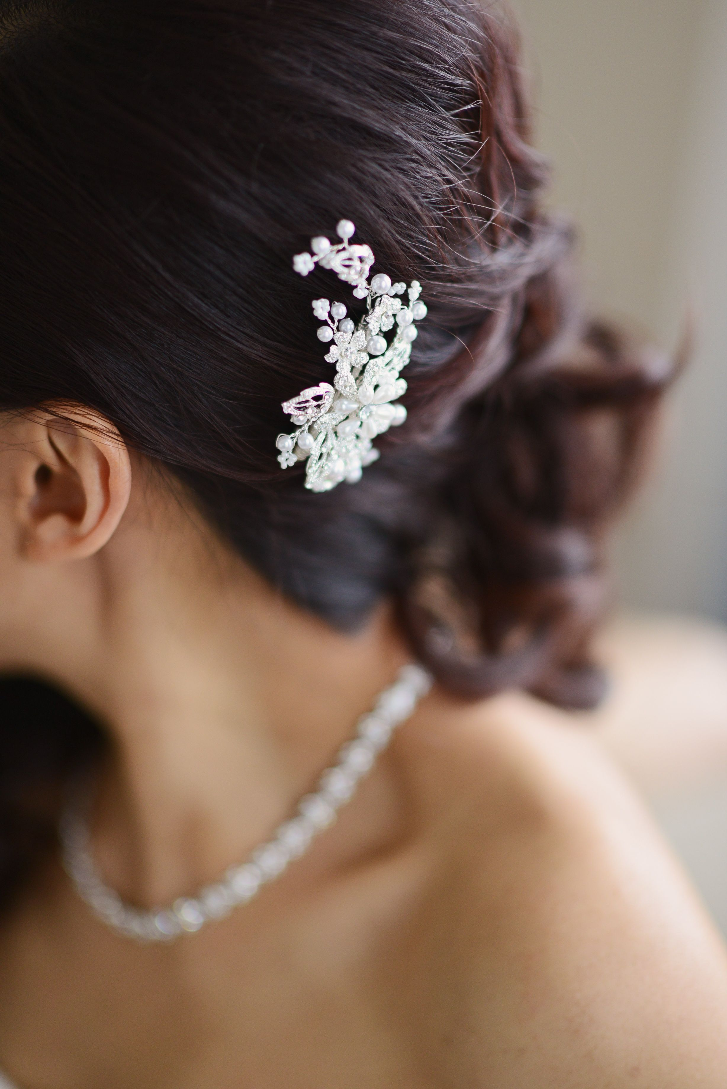 Crystal and Pearl Hair Accessory | Annie Tao Photography | Theknot.com