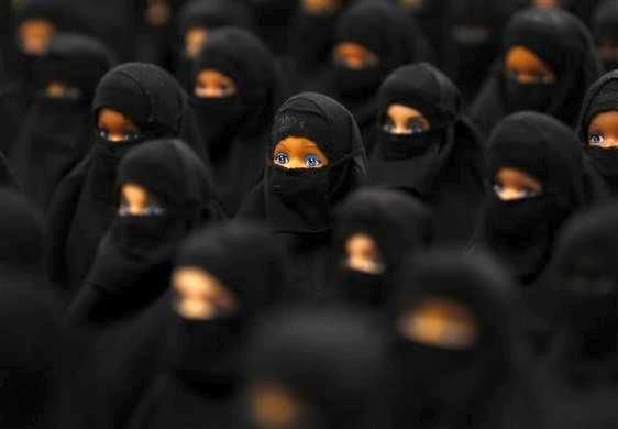 Guardare negli occhi n.3  (Sabine Reyer e la sua installazione 'Sheltered position' con 100 Barbie con burka alla Ruhr-Biennale di Dortmund).  Ph: Ina Fassbender