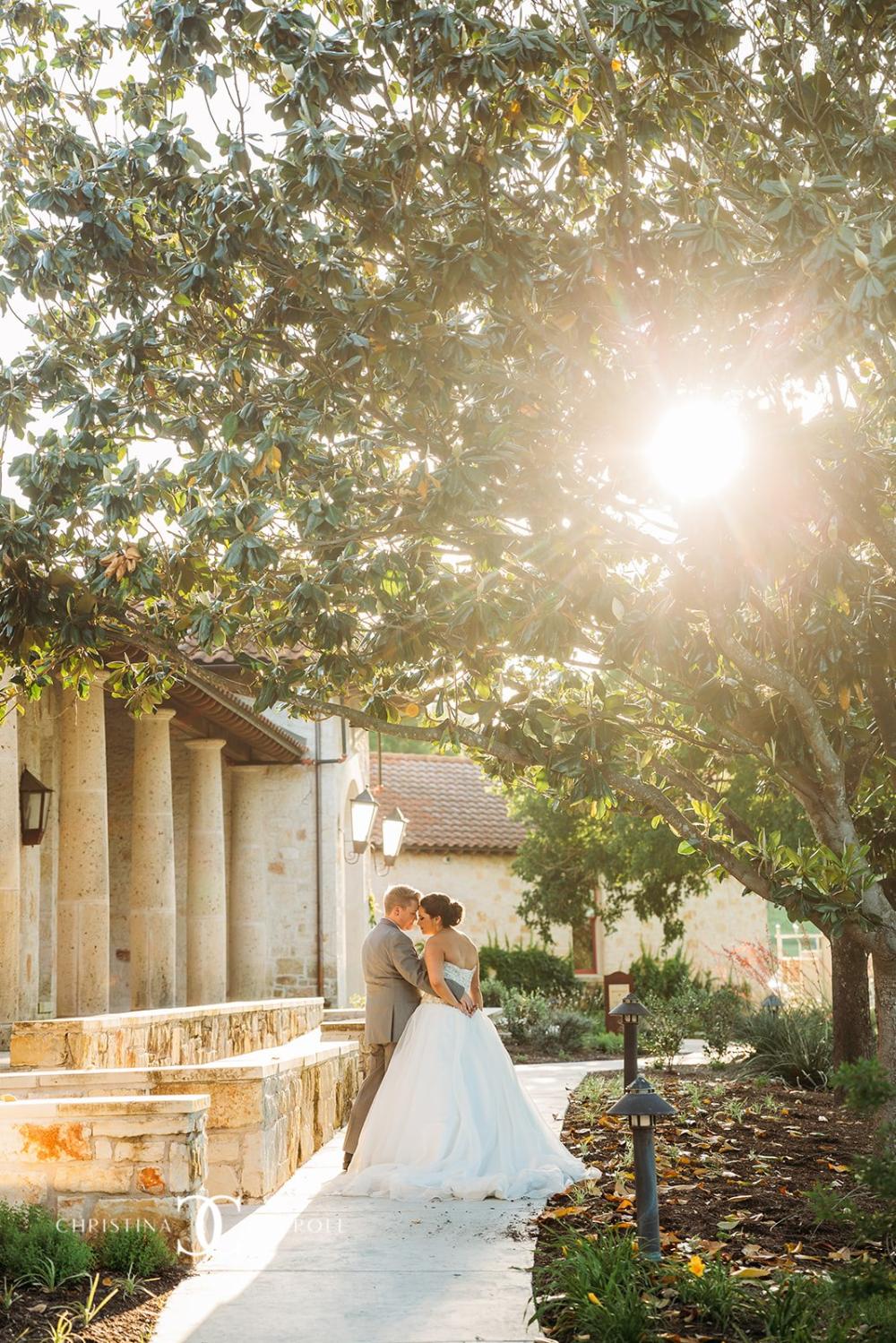 Sunset Peeking Through The Magnolia Trees At The Front Of Garey House Georgetown Tx Wedding Venue Austin Wedd In 2020 Austin Wedding Venues Austin Wedding Wedding