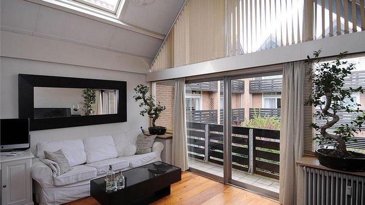 Spiegel Romano groot zwart in woonkamer. http://www.barokspiegel.com ...