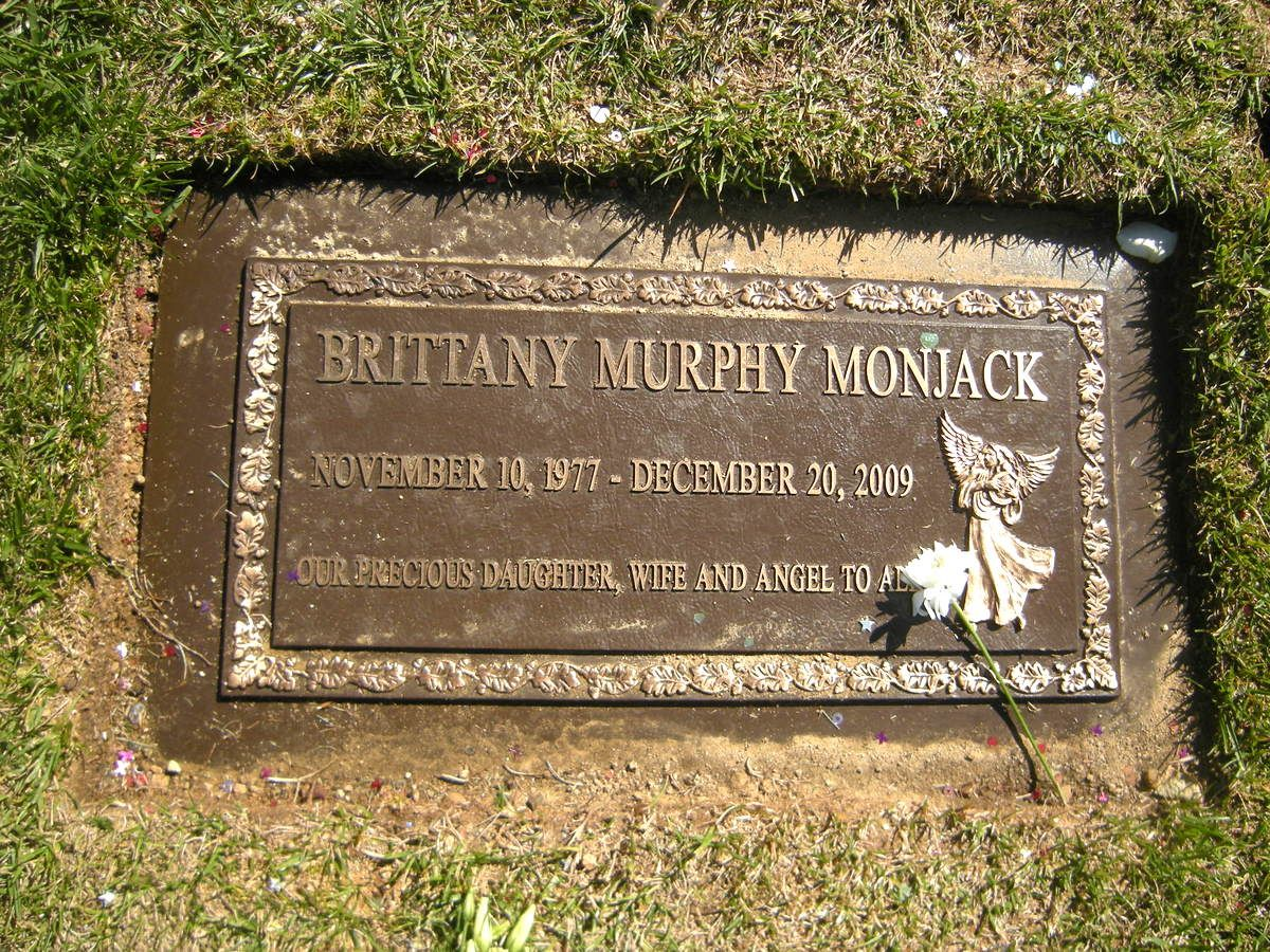 Brittany Murphy is buried in the same cemetery as Michael Jackson 12/25/2009 11